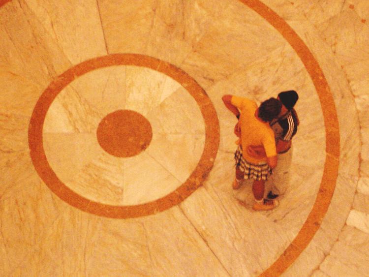 Tales Frey e Christine Ágape (Cia. Excessos). -O Beijo-, 2006. CCBB, Rio de Janeiro, Brasil