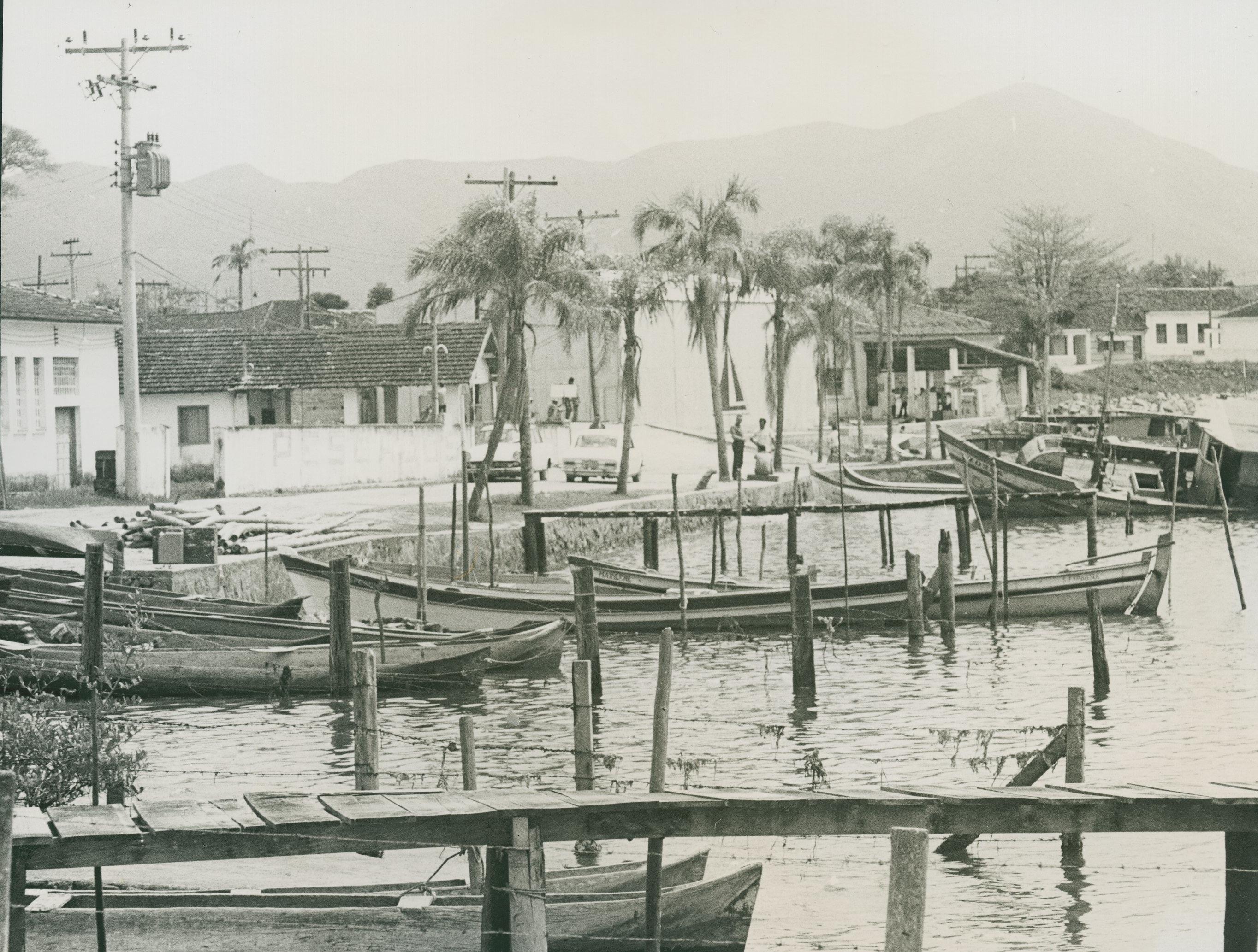 Primeiras MISSÕES_Porto de pescadores_Denise Abrantes Banho_Cananéia_1972_ Acervo MIS