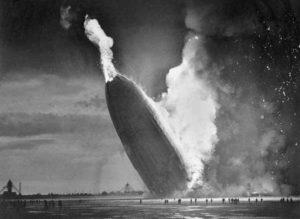 A foto do dirigível Hindenburg durante a queda