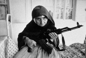 Em 1990 uma mulher armênia 106 anos de idade protege a sua casa com uma arma automática.