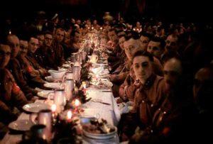Oficiais nazistas e cadetes celebrando o Natal com uma festa em 1941.