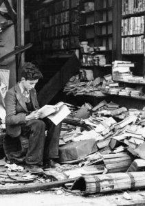 Uma livraria de Londres em ruínas devido a um ataque aéreo em 1940.