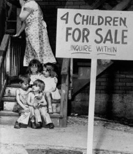Uma mãe vergonhosamente esconde o rosto após colocar seus filhos à venda em 1948.