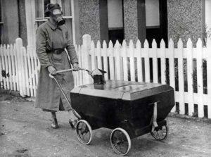 Uma mulher levando seu bebê para passear em um carrinho resistente ao gás.