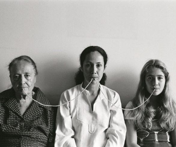 """Anna Maria Maiolino, """"Por um fio"""", da série """"Fotopoemação"""", 1976-2006 (Foto: divulgação)"""