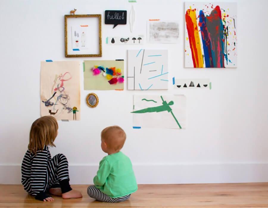 crianças olhando pintura