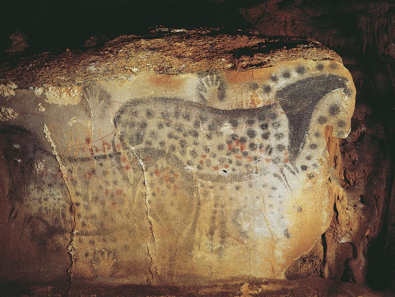 Pintura rupestre mostrando cavalos malhados na caverna de Pech Merle, na França. Uma das primeiras evidências do pigmento roxo.