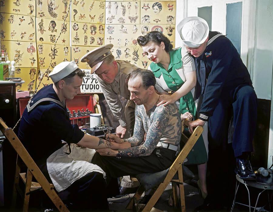Um marinheiro em 1940 sendo tatuado a sailor in the 1940. Fotografia: Bettmann/Corbis