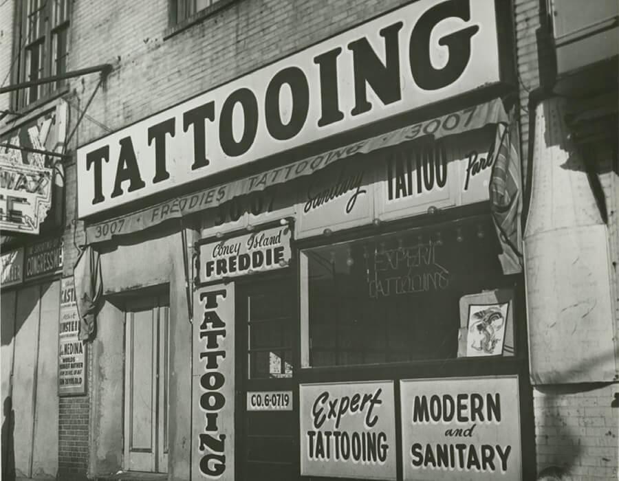 """Irving Herzberg, estúdio de tatuagem de """"Coney Island Freddie"""" pouco antes da proibição de tatuagem da cidade de Nova York, 1961. Imagem cedida pela New York Historical Society."""