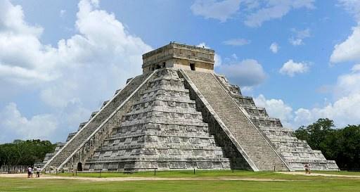 Templo sagrado dos mortos – Zigurate Maia em Chichén-Itzá no México
