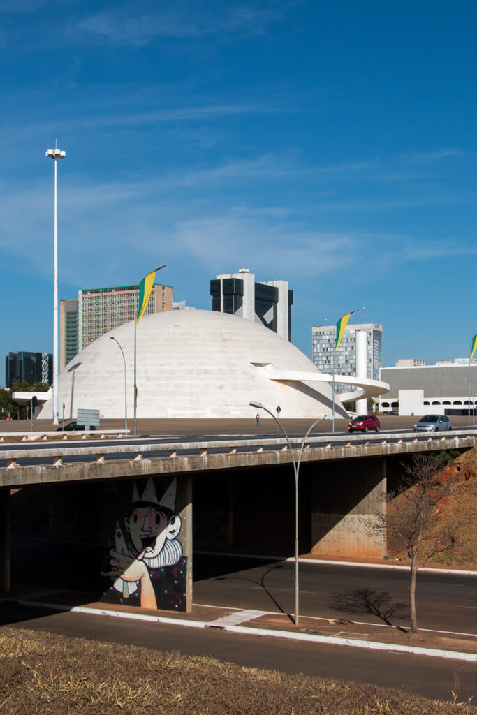 Viaduto com Museu Nacional Honestino Guimarães ao fund_JulianaTorres