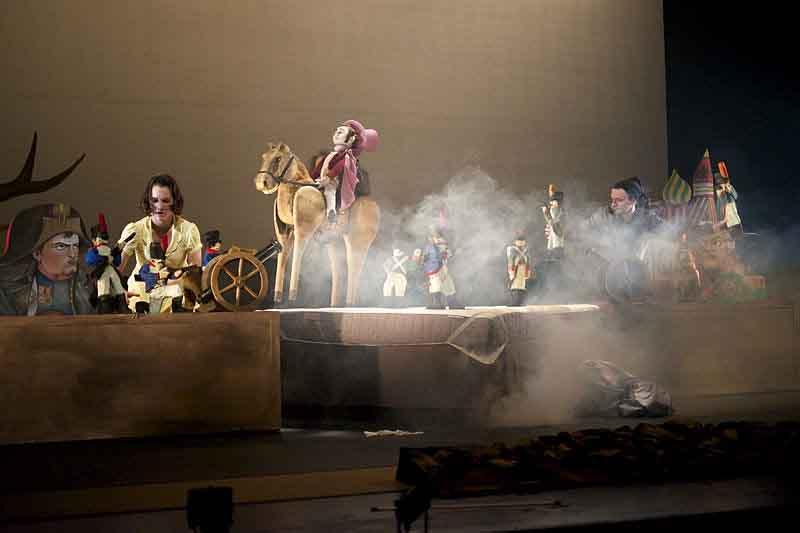 Guerra e Paz em uma encenação do Teatro Submarino Amarelo
