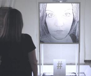 O Selfie transformado em cascalho em uma exposição