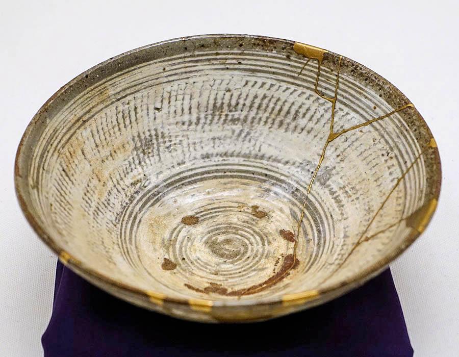 Tigela de chá, Coreia, dinastia Joseon, século 16, os reparos em ouro são do tipo hibi
