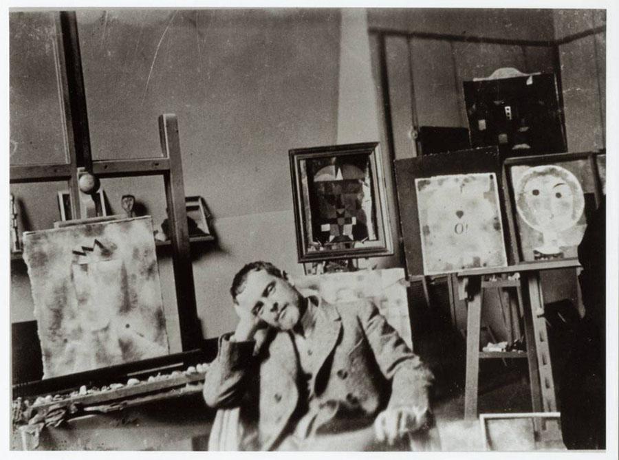 Paul Klee no seu estúdio em Bauhaus (1923). Foto: Felix Klee