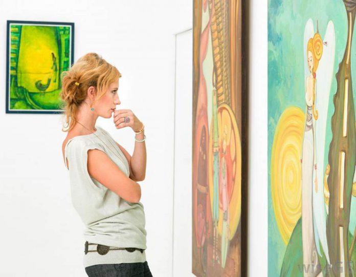 mulher olhando uma obra de arte