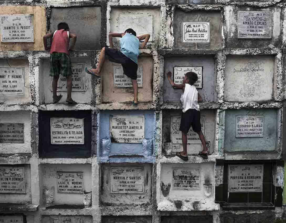 Crianças brincando em cemitério