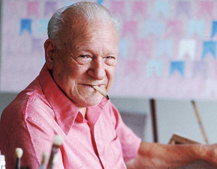 Alfredo Volpi, pintor, em seu ateliê.