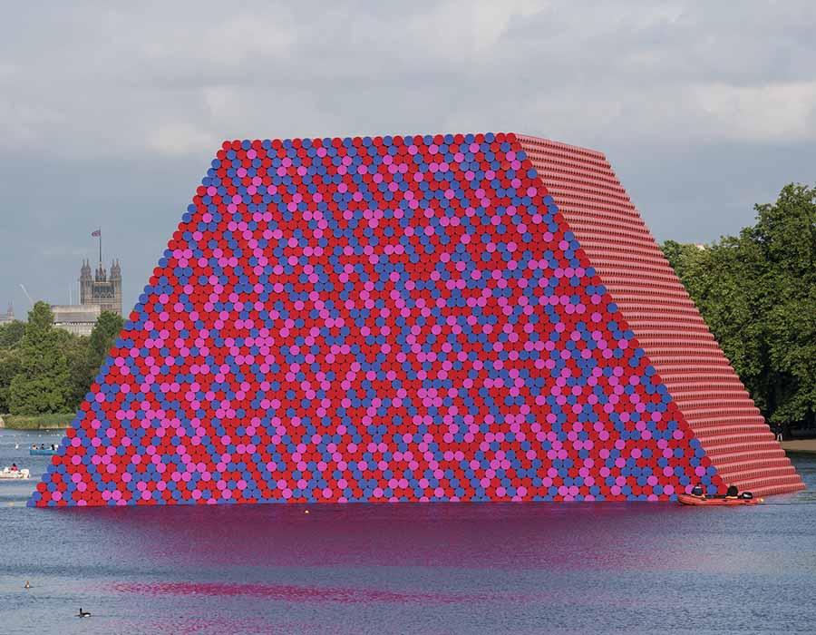 Christo em sua escultura flutuante feita de 7.506 barris (na London Serpentine)