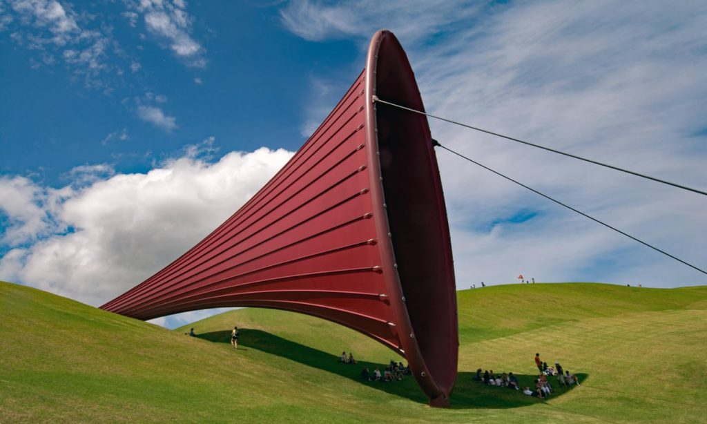 instalação; escultura gigante na fazenda Gibbs, Nova Zelandia