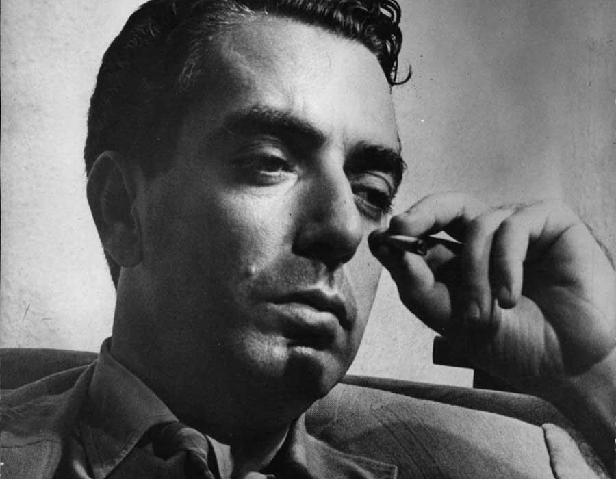 Nelson Rodrigues jovem fumando um cigarro.