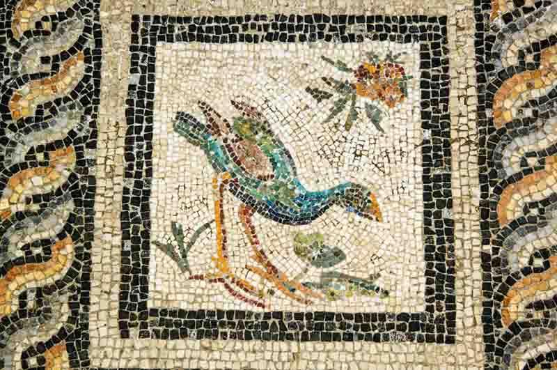 mosaicos; Close de detalhe em mosaico no piso da Vila dos Pássaros em Alexandria, Egito (© Ariadne Van Zandbergen:Alamy)