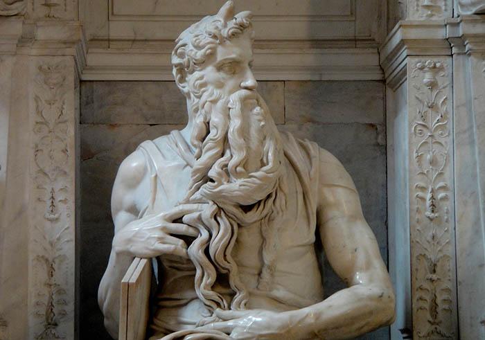 DETALHE: Moisés com as tábuas da lei, ca. 1505-1545.Escultura em Mármore, 2, 35 metros de altura. Mausoleo de Giulio II. Basilica di San Pietro in Vincoli, Roma, Itália.
