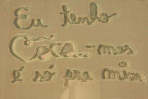 LOURIVAL CUQUINHA Frase de galerista, 2013 Vidro e cocaína (59 x 39 x 2 cm)