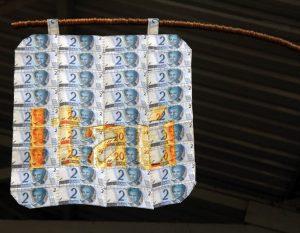 LOURIVAL CUQUINHA Itaú, Milu, Itaú, 2011 Bandeira feita de Notas de 2 e 20 reais (58 x 58 cm)