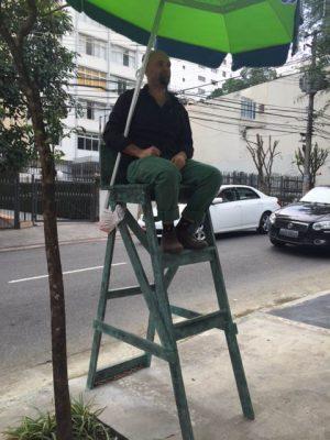 LOURIVAL CUQUINHA Vigília, 2016 cadeira de vigilante de rua em bronze com guarda-sol (170 x 55 x 105 cm)