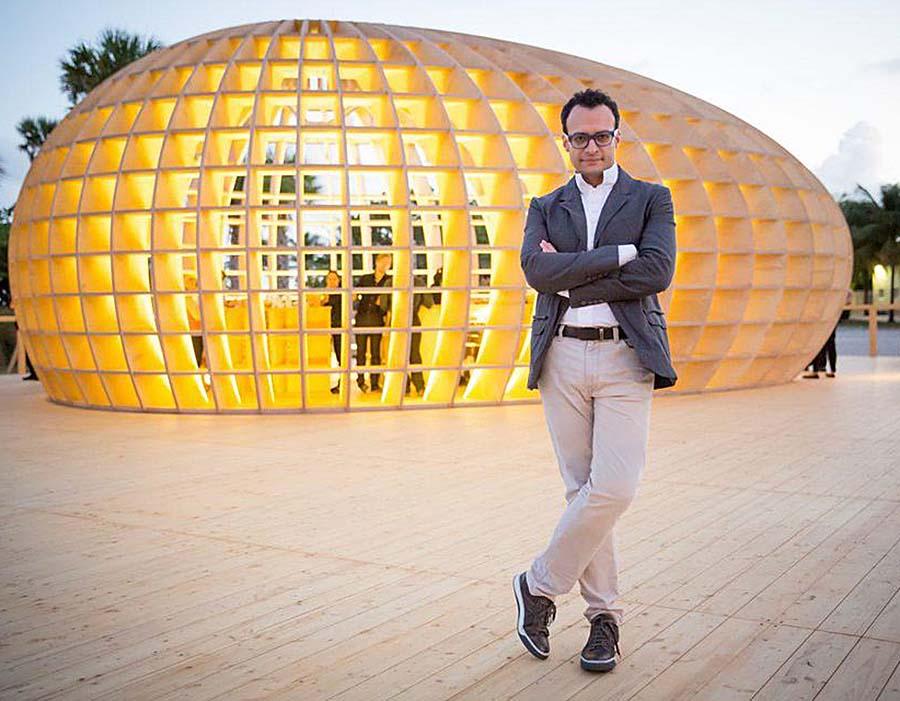 marketing e arte: Vadim Grigoryan em frente ao pavilhão de artistas do bar Guiro