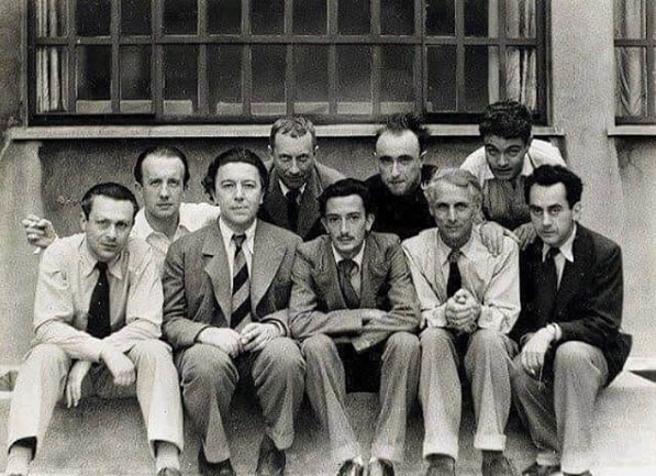 Os surrealistas de Paris, 1933: Tristan Tzara, Paul Éluard, André Breton, Hans Arp, Salvador Dalí, Yves Tanguy, Max Ernst, René Crevel and Man Ray.