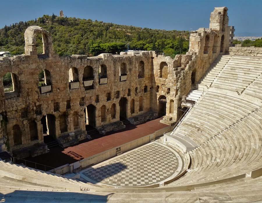 Teatro Grego - Odeão de Herodes Ático, Atenas. Foi construído por Herodes Ático, de importante família ateniense, para comemorar a memória de sua falecida esposa Regilia. As obras começaram possivelmente em torno de 174.
