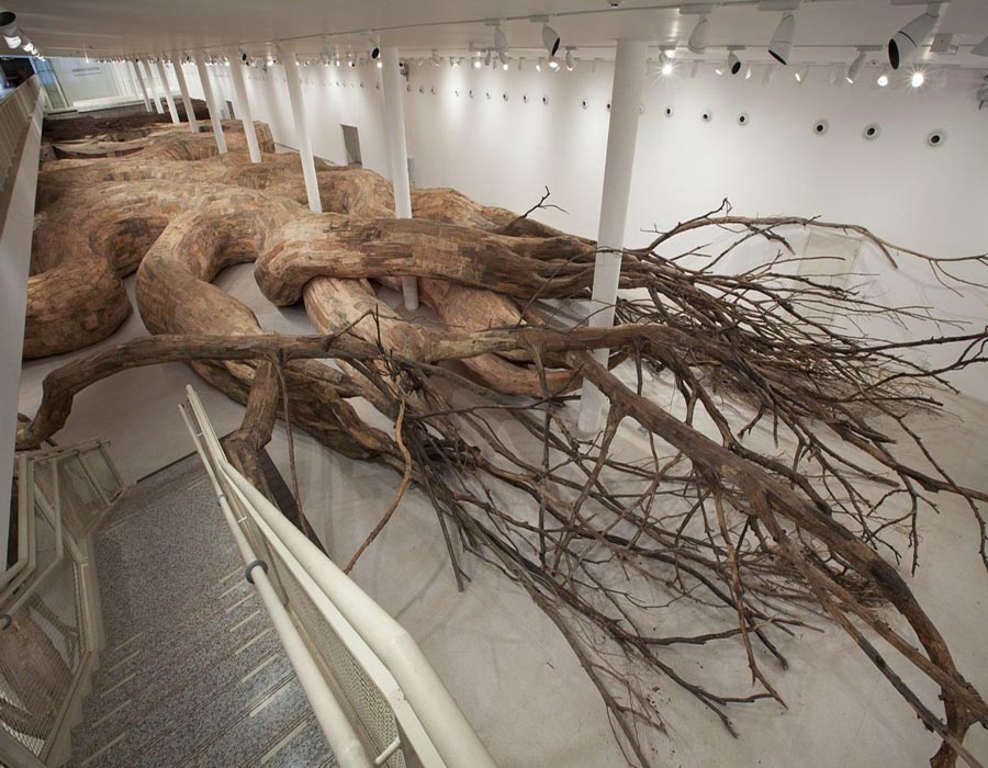 Transarquitetonica (2014). Museu de Arte Contemporânea, São Paulo. wood, bricks, mud, bamboo, PVC, plywood, tree branches and other materials | 5 x 18 x 73 m | Foto: Everton Ballardin