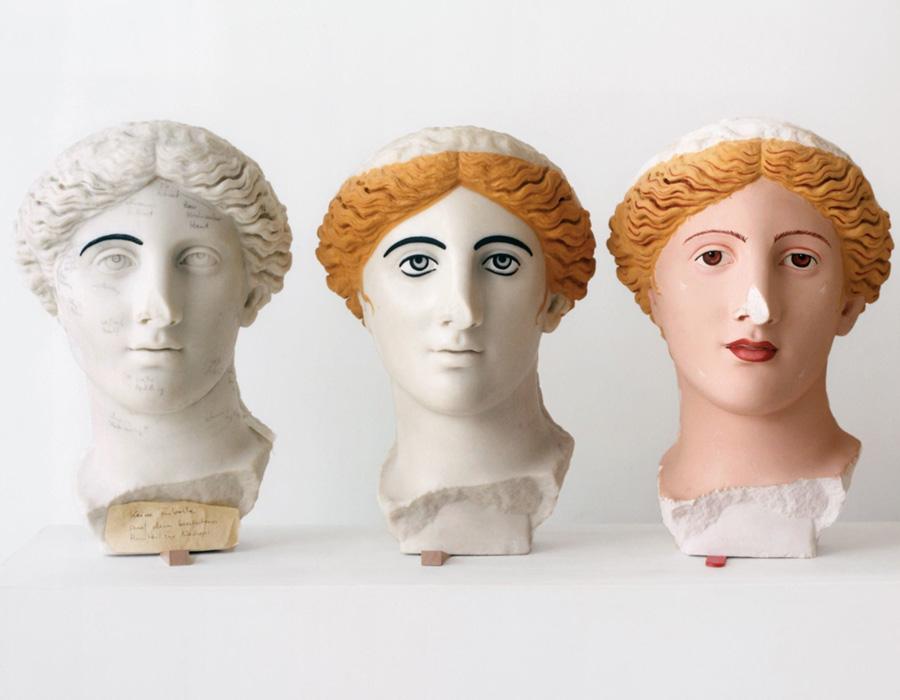 Pesquisadores demonstram o processo de aplicação de cores na Cabeça Treu, a partir de uma escultura romana de uma deusa, feita no segundo século d.C. As esculturas antigas eram frequentemente pintadas com cores vibrantes de cabelo e tons de pele.