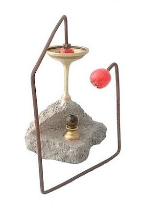 Claudia Seber. Angular (2020) - 21 x 21 x 13 cm - (reboco;ferro;vidro;latão;areia; cobre) R$ 300,00