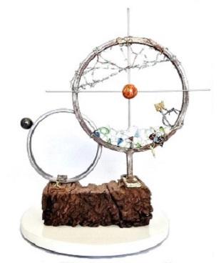 Claudia Seber. Prenúncio (2019) - 40 x 30 x 30 cm -(mármore;madeira;sucata de ferro;arame farpado;imã;vidro;componentes elétricos;cobre;latão) R$ 600,00