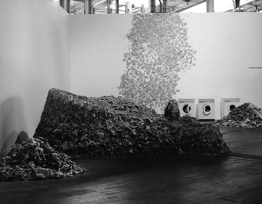 Répteis Huang Yong Ping, 1989. Instalação: papel machê, máquinas à pia 7 x 4 x 3m. Exposição: «Les Magiciens de la terre», Grande Halle de la Villette, Paris, França, 1989. © Huang Yong Ping. Cortesia de Huang Yong Ping.