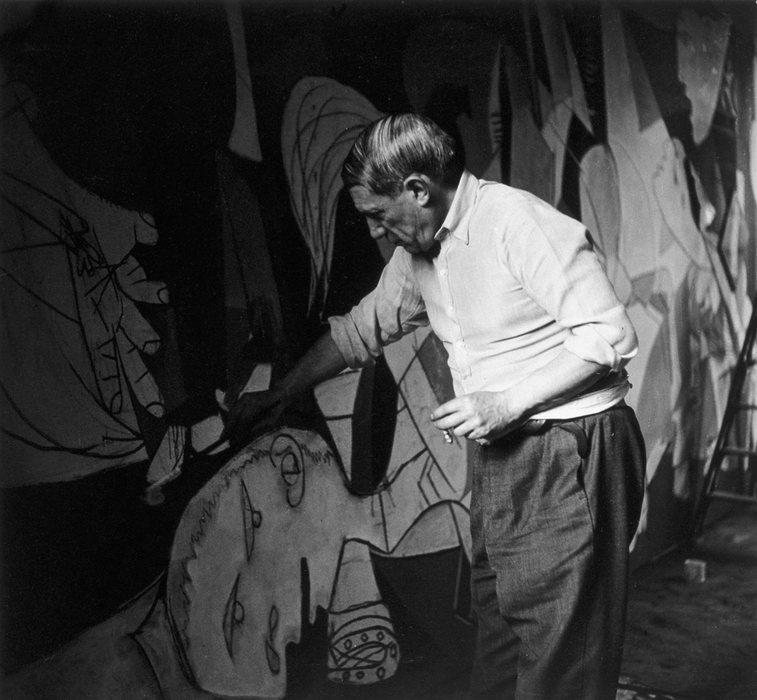 Picasso trabalhando na Guernica. Foto: Dora Maar / Museu Nacional Centro de Arte Reina Sofia