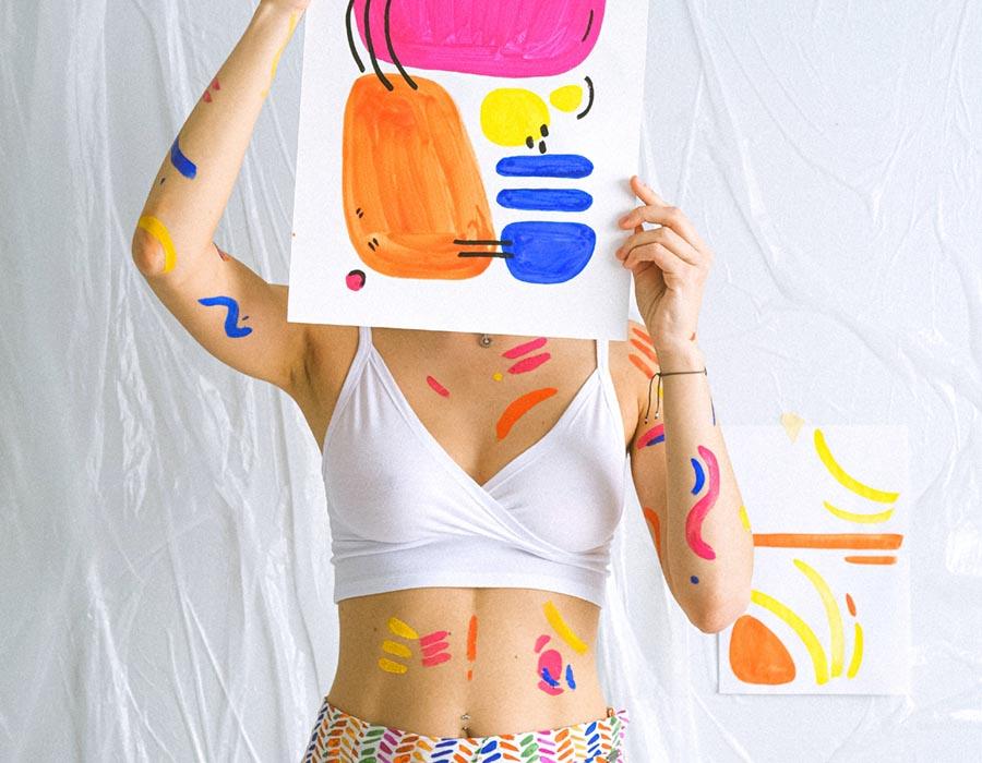 artista segurando uma pintura