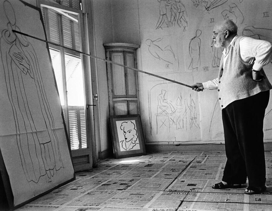 Henri Matisse em seu ateliê, na França (1949) | Créditos: Robert Capa.